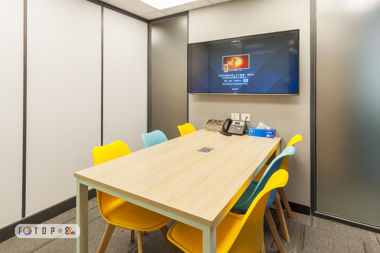 分享中心 能把移動11偝上正在觀看, 播放的 內容推送到電視大螢蔦上.,office,table,interior design,conference hall,furniture